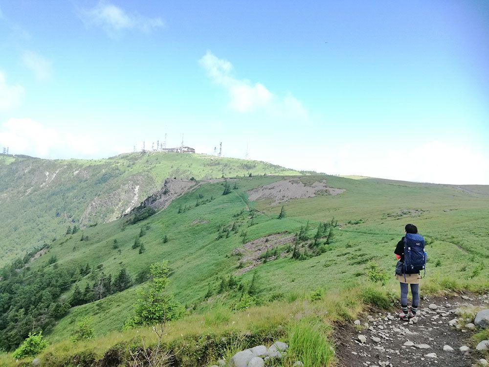 美ヶ原高原の遊歩道から見える風景と女性