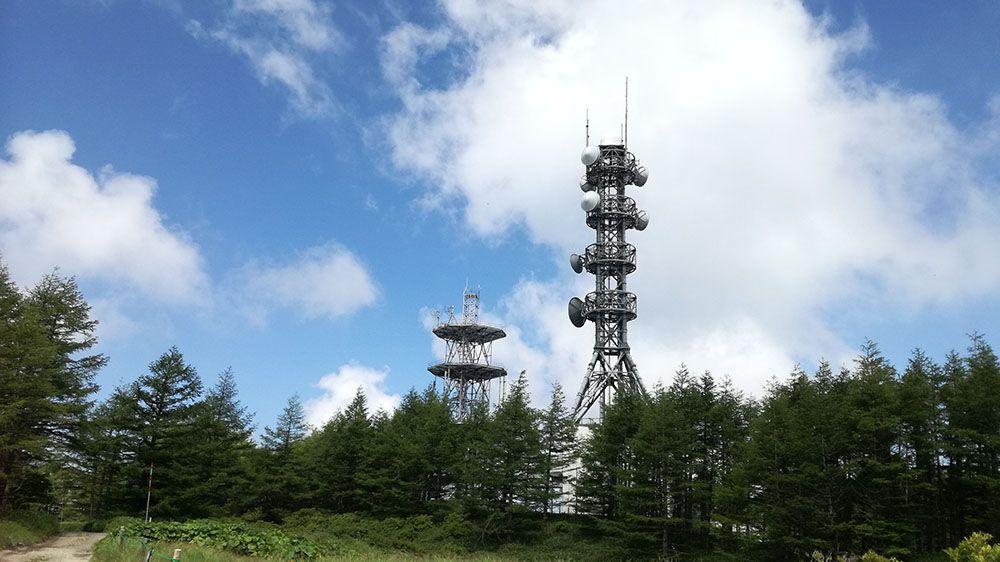 美ヶ原高原の遊歩道近くにある電波塔