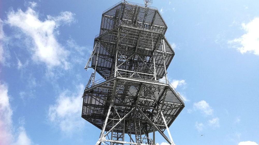 美ヶ原高原の遊歩道近くの電波塔