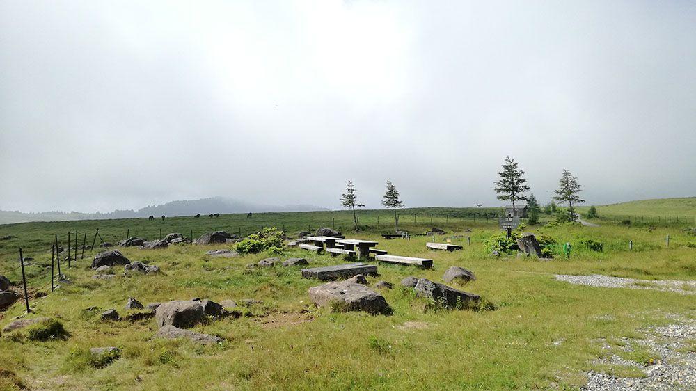 美ヶ原高原の遊歩道にある休憩スペース