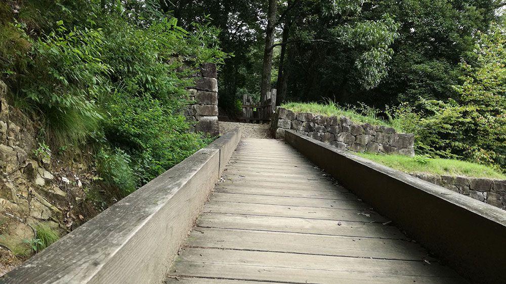 金山城跡の物見台下堀切と物見台下虎口周辺の木橋