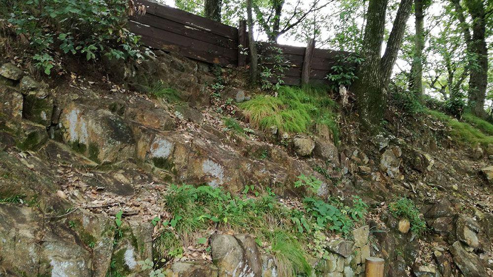 金山城跡の馬場下通路にある建物跡近くの岩壁