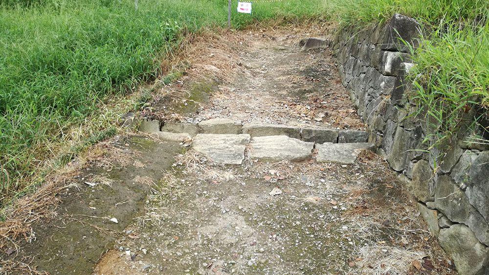 金山城跡の馬場曲輪から月ノ池への道の水路