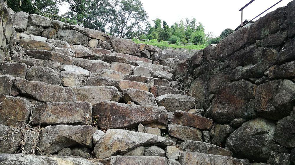 金山城跡の大手虎口北下段曲輪の石階段