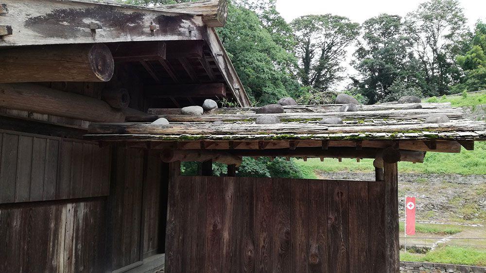 金山城跡の遺構展示施設横のカマドのある建物