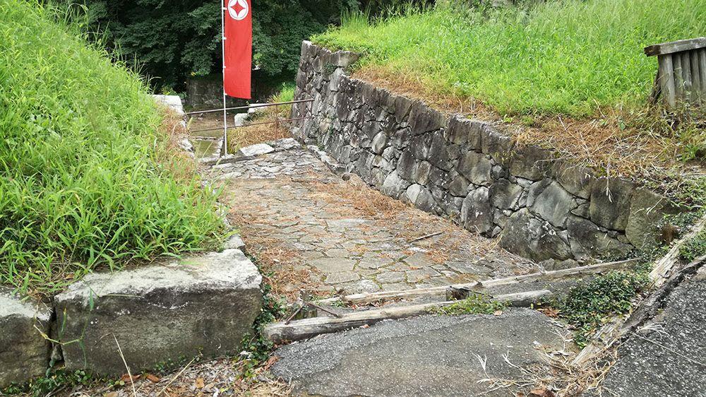 金山城跡の日ノ池から土塁石垣