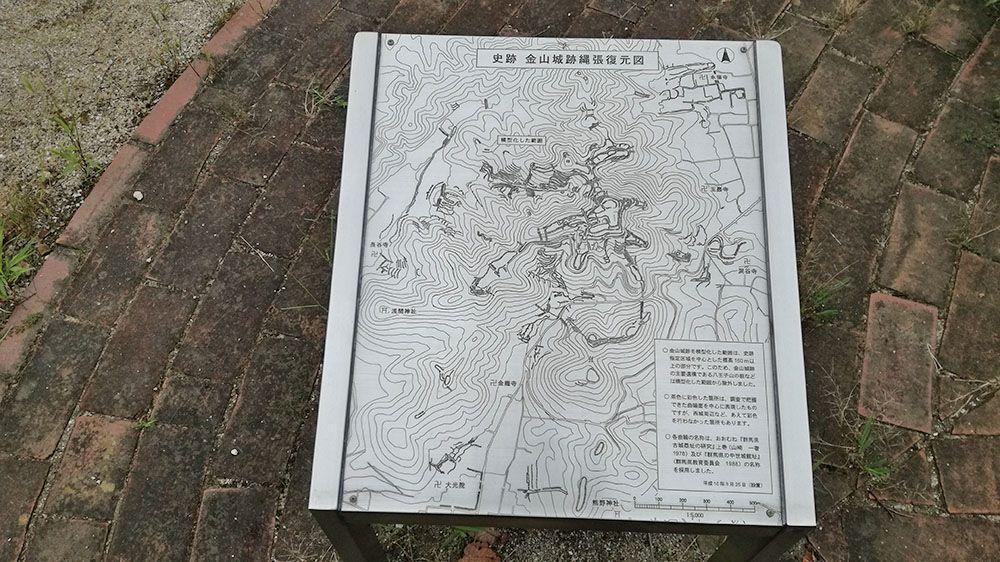 金山城跡の南曲輪休憩所にある縄張の復元図