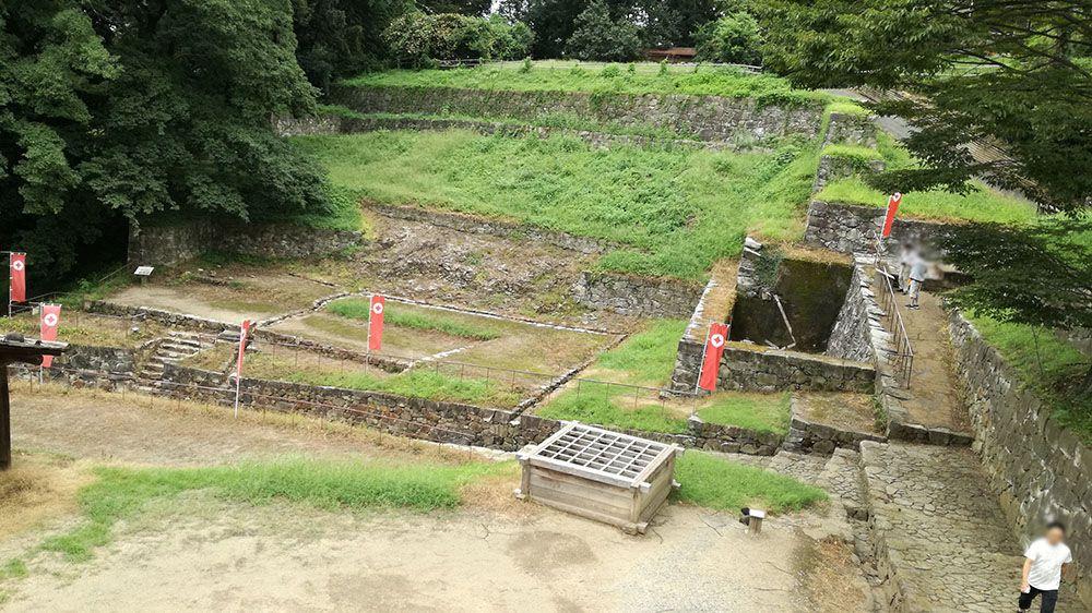 金山城跡の南曲輪休憩所から見る大手虎口南上段曲輪と大手虎口北下段曲輪