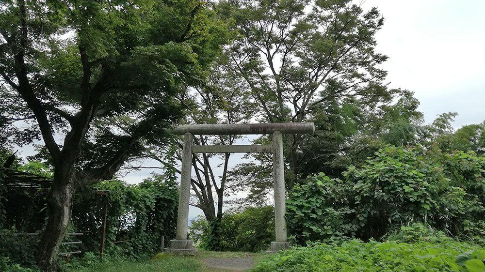 金山城跡の新田神社から御城橋までの道にある大きな鳥居
