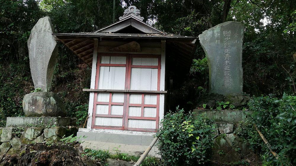 金山城跡の新田神社近くの石碑と祠