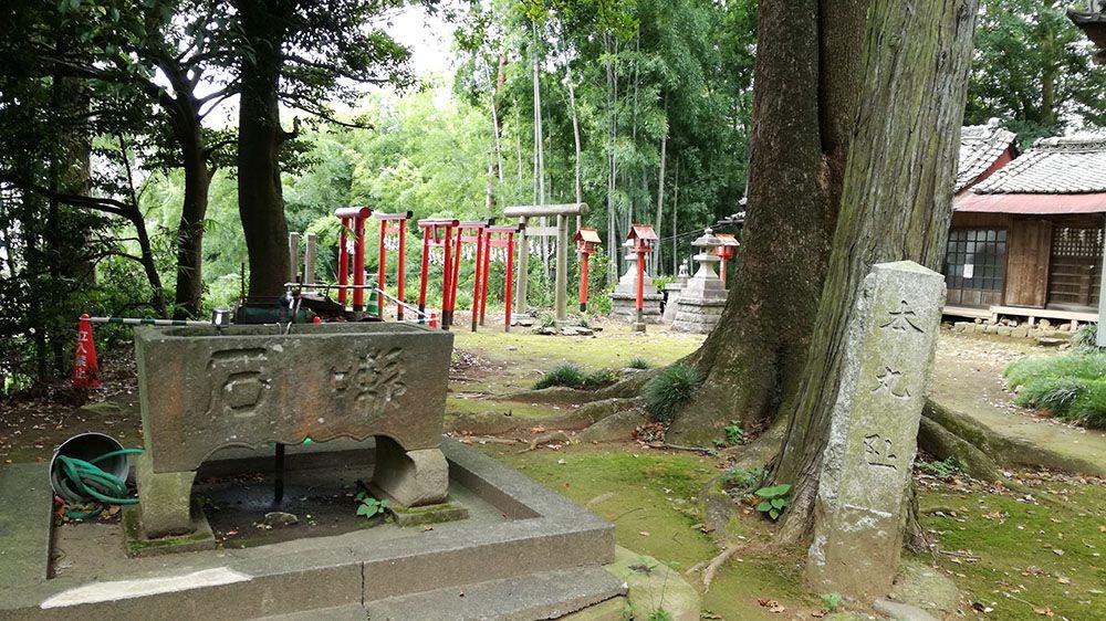 金山城跡の新田神社にある石碑と水場