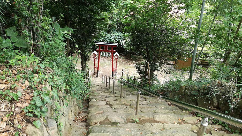 金山城跡の梅若稲荷神社の石階段