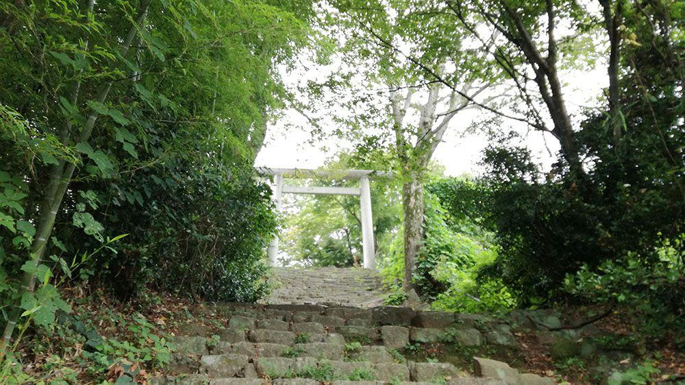 金山城跡の新田神社から御城橋までの道にある鳥居と石階段