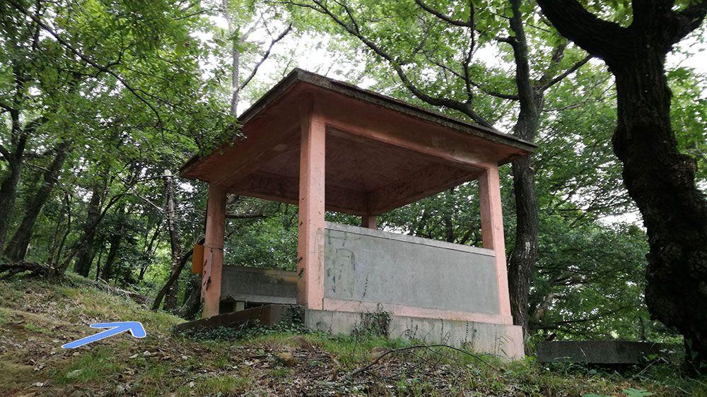 金山城跡の新田神社から御城橋までの道にあるあずまや