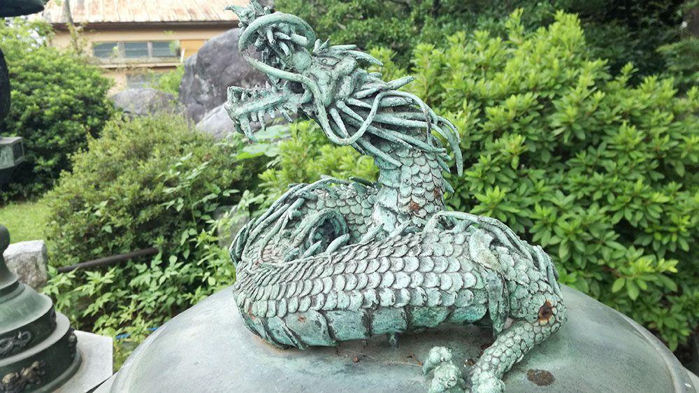 大光院の大光院聖観音様奥にある龍の装飾