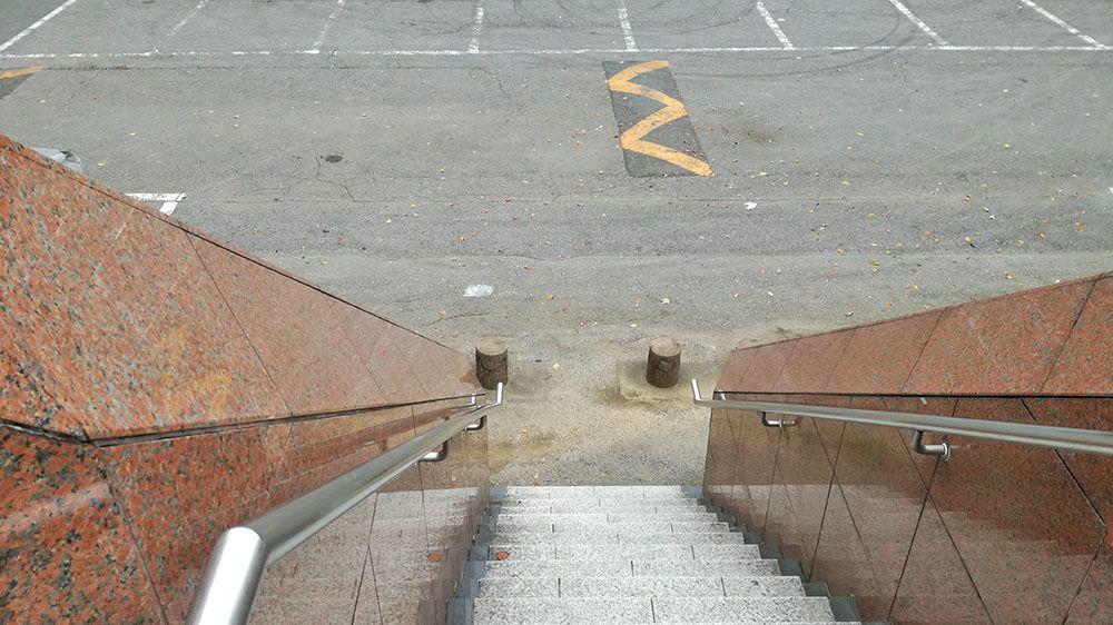 金山城址展望駐車場のトイレの階段